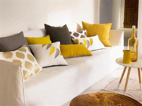 coussin sur canapé gris une composition de coussins aux formes matières et