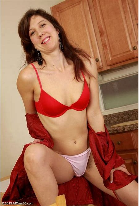 Brown Haired Milf Hottie Trims Her Sweet Vulva and Opens