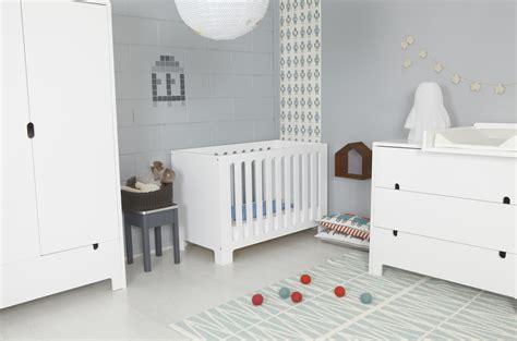 idée peinture chambre bébé fille photo ambiance chambre bébé gris et violet
