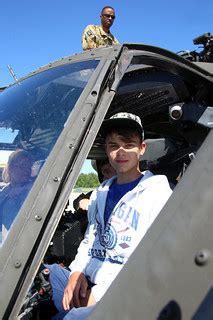 Konkursa uzvarētāji apskata helikopterus Lielvārdes bāzē ...