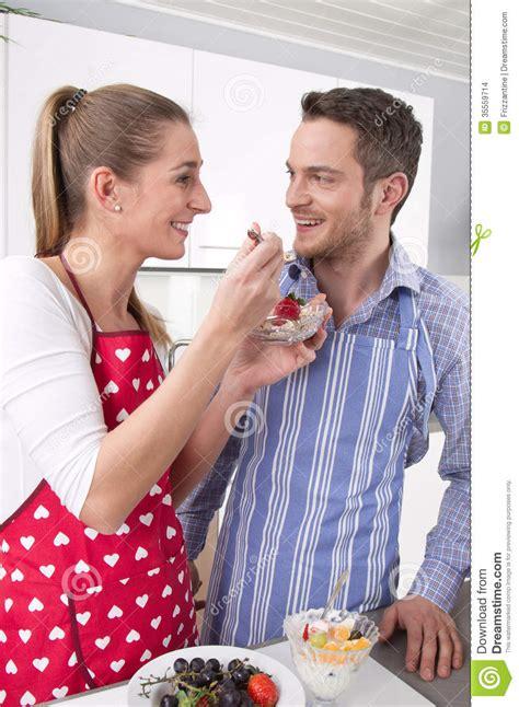faisant l amour dans la cuisine les couples dans l 39 amour faisant cuire ensemble dans la