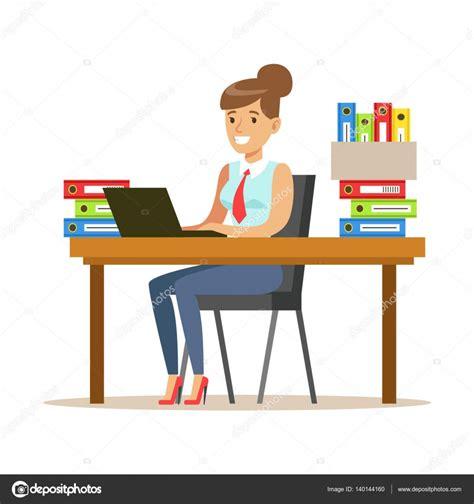 mujer que trabaja en su escritorio con computadora y