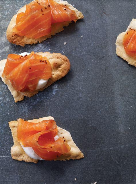 canap駸 au saumon canapés au saumon fumé notre recette avec photos recette