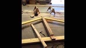 Comment Fabriquer Une Table De Ferme En Bois : charpente bois pyramide tra age taillage pose youtube ~ Louise-bijoux.com Idées de Décoration