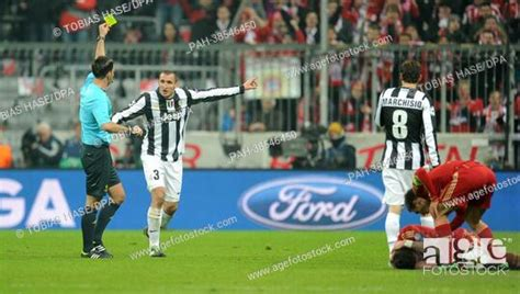 Find the perfect referee showing yellow card stock photo. English referee Mark Clattenburg (L) shows the yellow card to Juventus' Giorgio Chiellini (2-L ...