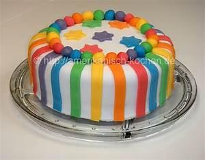 Rainbow Cake (Regenbogenkuchen) mit weißer Schokoladen