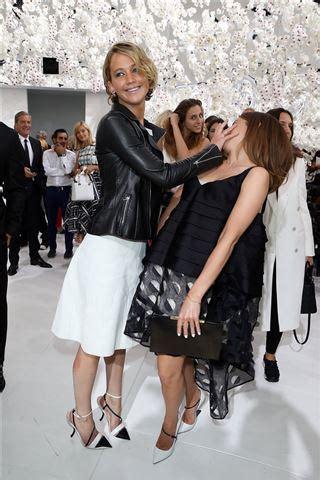 Jennifer Lawrence Makes Emma Watson Talk The Hand