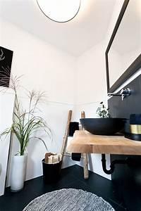 Waschtisch Mit Holzplatte : waschtisch mit schwarzen waschbecken und holzplatte ~ Lizthompson.info Haus und Dekorationen