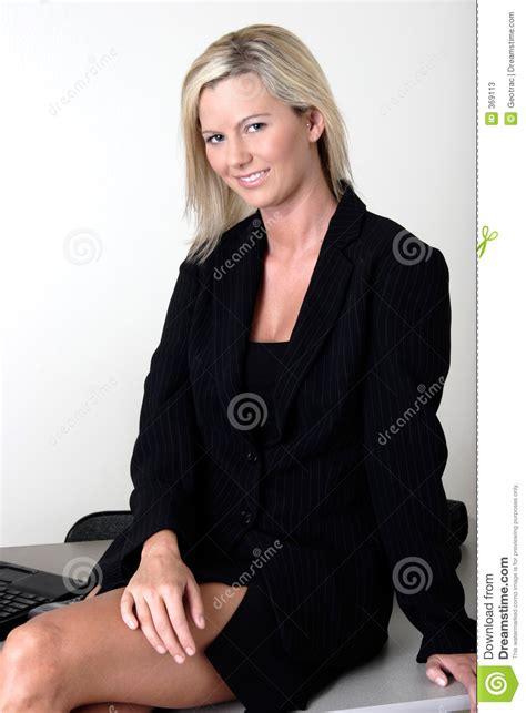 photos bureau dame de bureau s 39 asseyant sur bureau photos stock