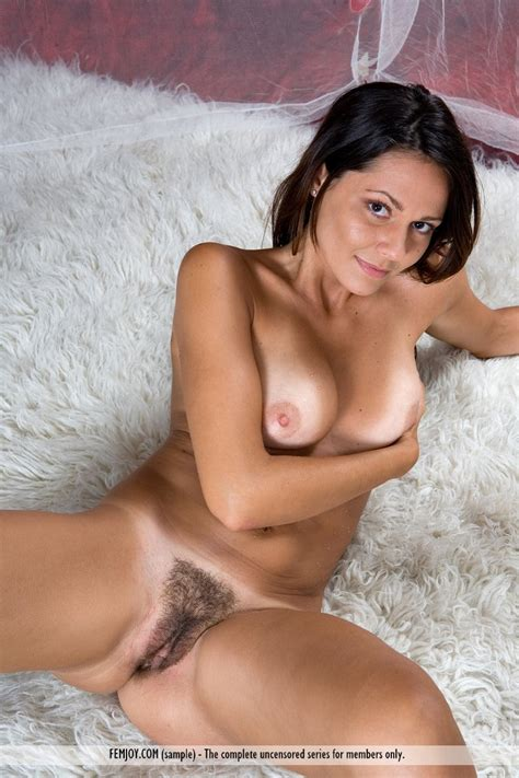 Euro Babes DB » Italian Babe Hairy Pussy