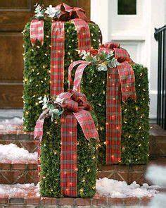 Idea for outdoor Christmas décor using lighted garland