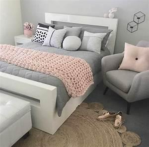 1001 conseils et idees pour une chambre en rose et gris With tapis de marche avec plaid pour canapé gris