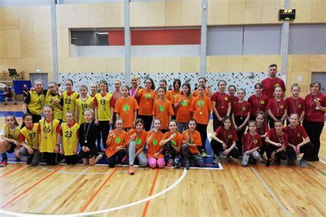 Siguldas pilsētas vidusskolas meiteņu tautasbumbas komanda ...