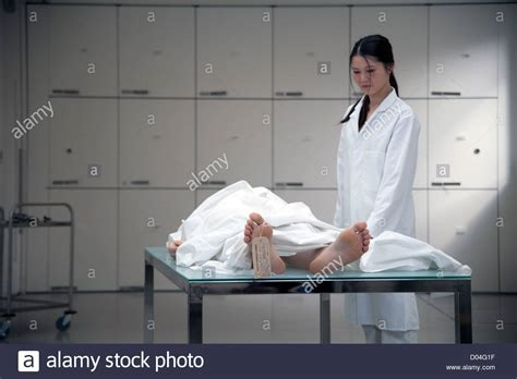 chambre mortuaire dead on morgue table with pathologist stock photo