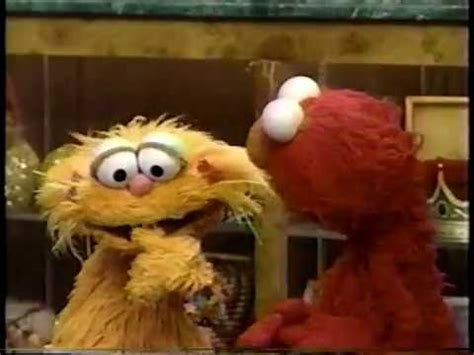 Will they be able to find all the colorful foods in time? Elmo Play Zoe Says : Get up and dance along to elmo's ...