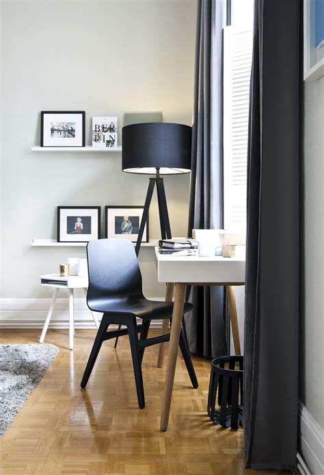 Schreibtisch Vor Fenster by Ein Einzelst 252 Ck Ist Corinna Thiles Schreibtisch Der Vor