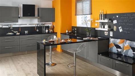decoration cuisine mur cuisine moderne gris anthracite et mur orange couleur jaune