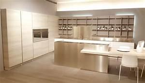 Maderas y grises en el showroom de cocinas Arrital Cocinas Rio