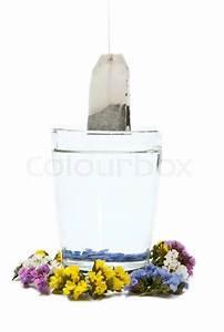 Tee Im Glas : zubereitung von tee im glas mit blumen stockfoto colourbox ~ Markanthonyermac.com Haus und Dekorationen