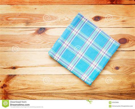 nappe de cuisine cuisine table de cuisine en bois avec la nappe vide