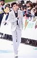 蔡徐坤舞台造型有点酷,还披大衣撑气场,没他的身高都不敢这么穿_Wait