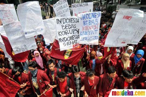 foto peringati hari antikorupsi puluhan mahasiswa demo  gedung kpk merdekacom