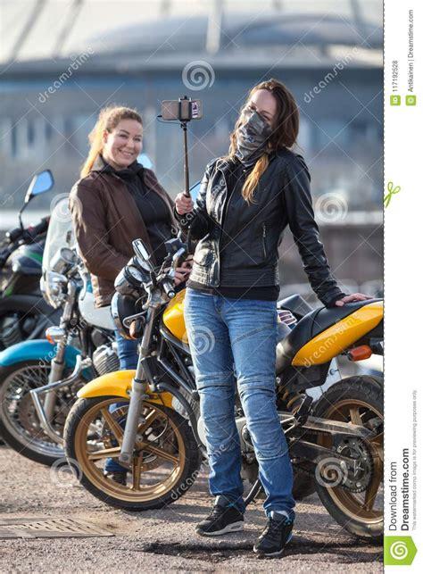 foto di donne fanno la doccia due motociclisti delle donne fanno foto con il bastone