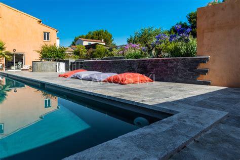 une piscine en travertin gris a six fours les plages