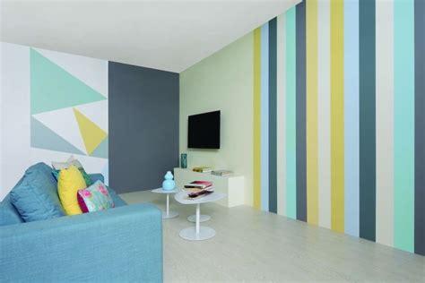 vertikale streifen in gelb mintgr 252 n und blau im wohnzimmer wohnzimmer w 228 nde streichen wand