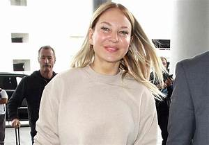 This is what Sia looks like without the face-covering wig