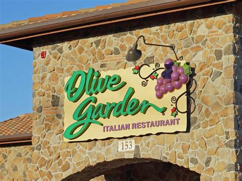 olive garden santa olive garden unexpectedly does this to muslim family on