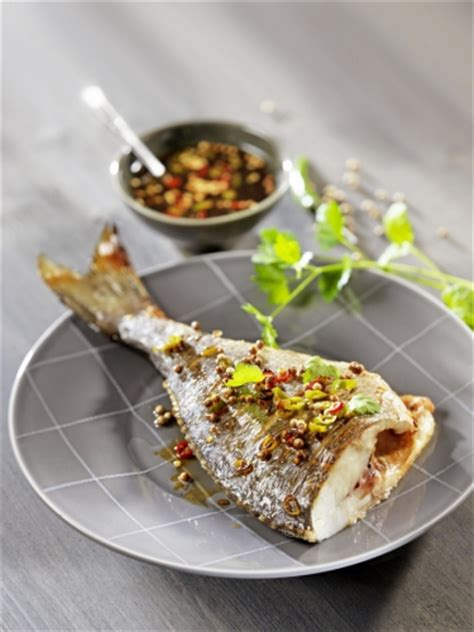 cuisiner le maigre au four cuisiner le poisson au four avec nos conseils et recettes