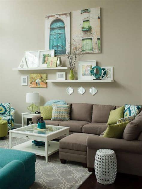 Bold wallpaper + big accent color = dining room rockstar. Wall decor ideas for living room