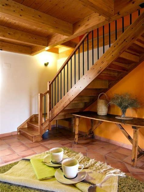 escalera de madera  barandilla de tubo