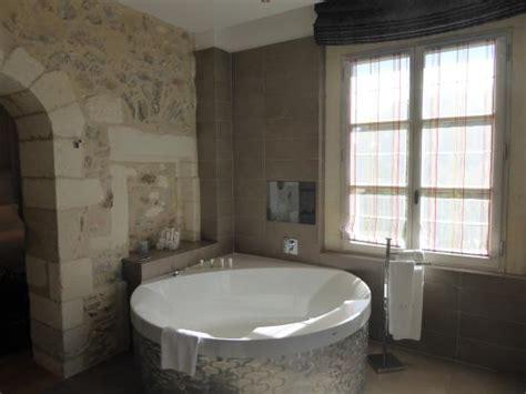 salle de bain avec tv au dessus de la baignoire picture