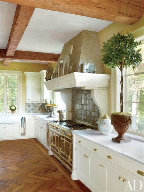 Browse ideas for italian kitchen design, and prepare to create a kitchen where cooking and hospitality go hand in hand. Refined Interiors by Bunny Williams Inc. | Rustic kitchen, Italian kitchen design, Kitchen design