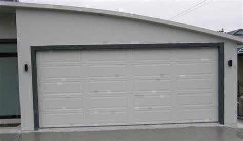 pose de porte de garage sectionnelle 224 bandol portes de garages et rideaux metalliques nao