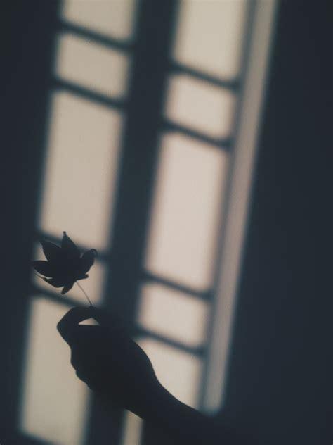 wallpaper hitam putih aesthetic