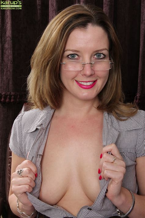 Close Up Posing In The Office From An Mature Babe Deliliah