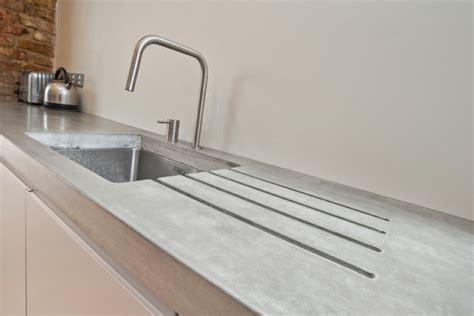 weisse landhausküche arbeitsplatte mit betonoptik küchenarbeitsplatten aus beton
