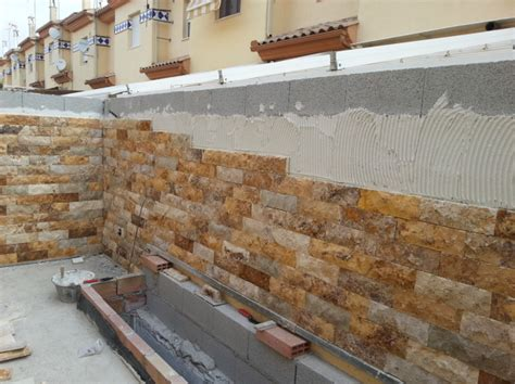 foto aplacado muro  piedra natural de travertino