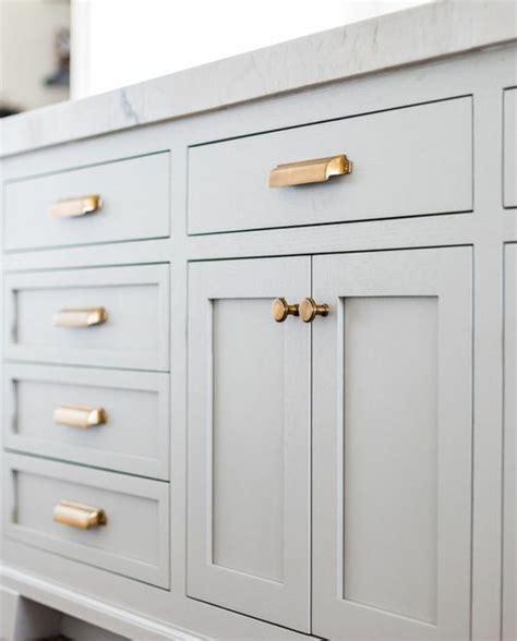 porte de placard de cuisine pas cher simple changer les boutons et les poignes avec des pices dores sur un meuble cuisine gris clair