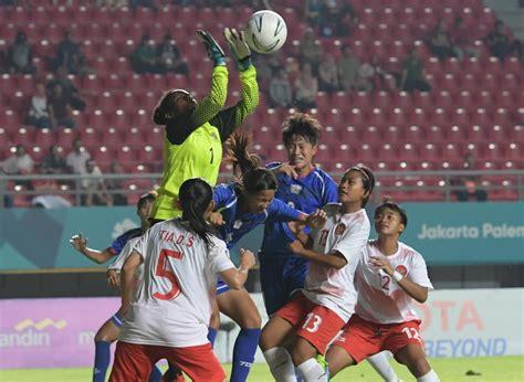 malam  timnas sepakbola putri indonesia berlaga lawan korsel monitor