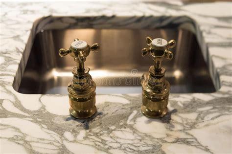 stock rubinetti rubinetti e marmo dell oro immagine stock immagine di