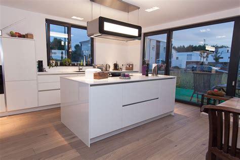 Grifflose Küche In Weiß Mit Kochinsel Und Berbel Skyline