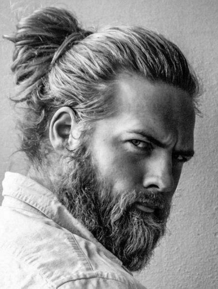 taglio  capelli coda  cavallo barba nel