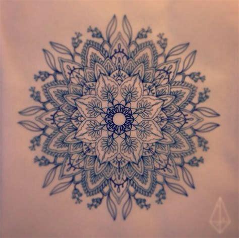 tatouage mandala dos femme