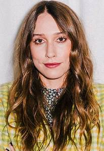 Sarah Sutherland Age, Height, father Kiefer, mother ...
