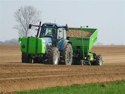plantation de pommes de terre avec un new holland