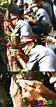 小 紘 - 請作答!這張據說是菲律賓警察營救香港人時拍的,請問照片中這警察使用的武器是?A空氣槍B幽助的 ...